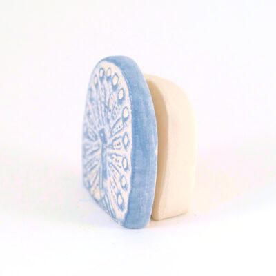 Kartenhalter Pfau weiß Keramik seitlich
